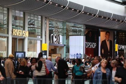 incursion dans le plus grand centre commercial d 39 europe. Black Bedroom Furniture Sets. Home Design Ideas