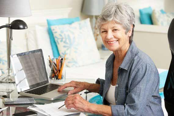 Une dame âgée au travail.