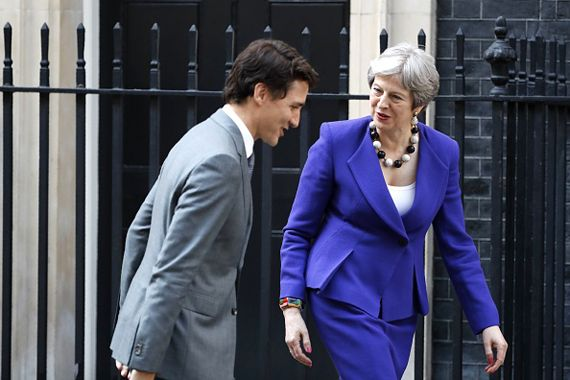 Justin Trudeau marchant avec Theresa May