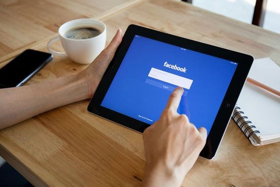 L'application de Facebook ouverte sur une tablette