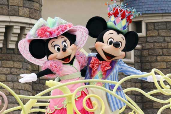 Mickey et Minnie dans un parc d'attraction de Disney.