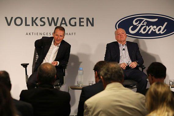 Le PDG de Volkswagen, Herbert Diess (à gauche) et celui de Ford, Jim Hackett, en conférence de presse à New York.