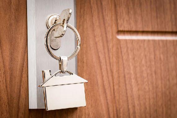Une clé rentrée dans la serrure.